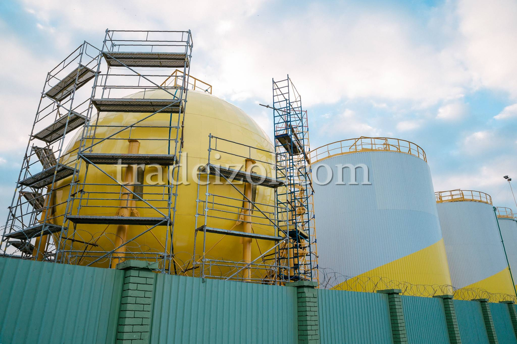Metal cladding of the storage tanks